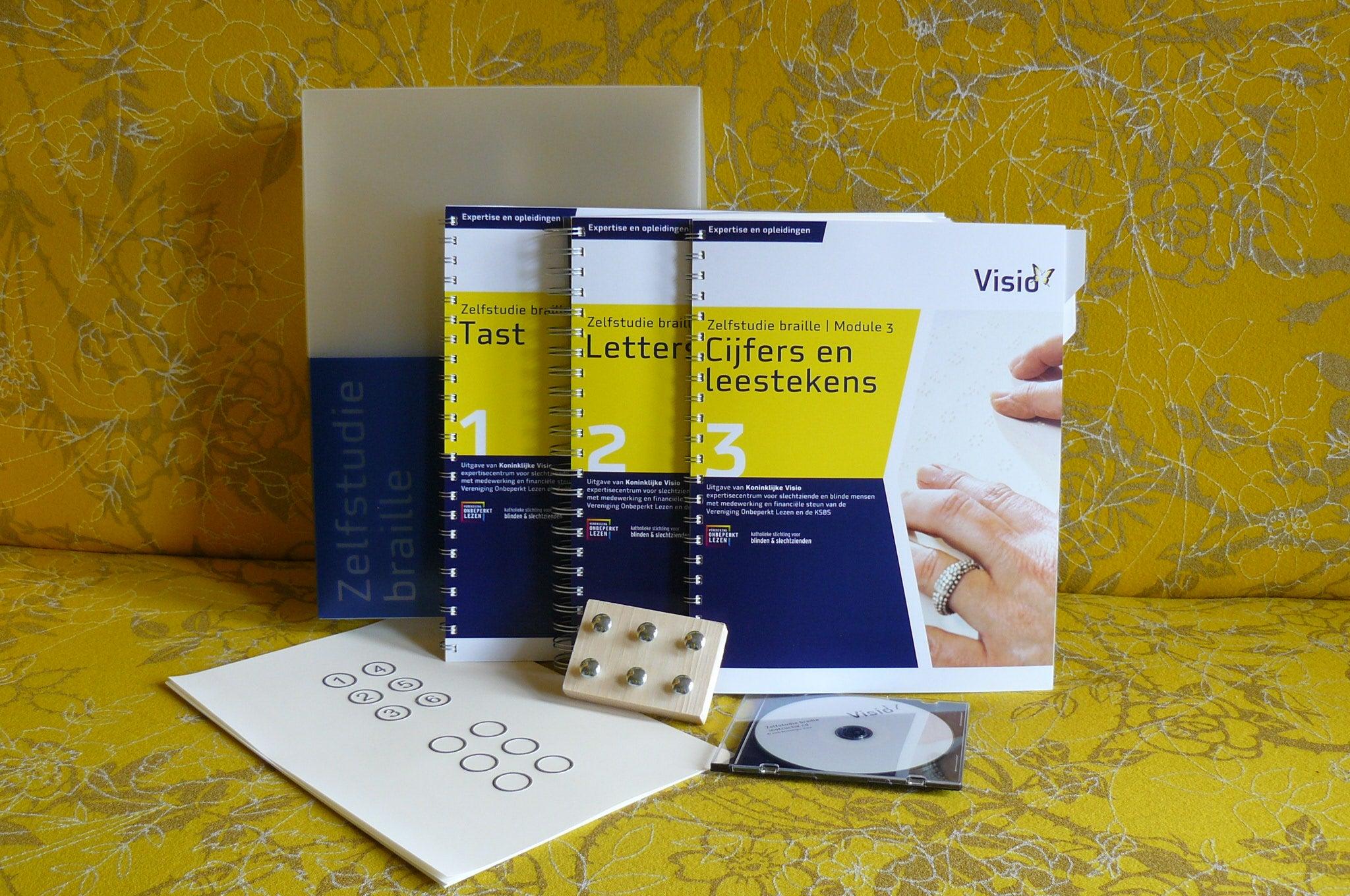 Het cursuspakket Zelfstudie Braille bestaat uit drie katernen en een cd.