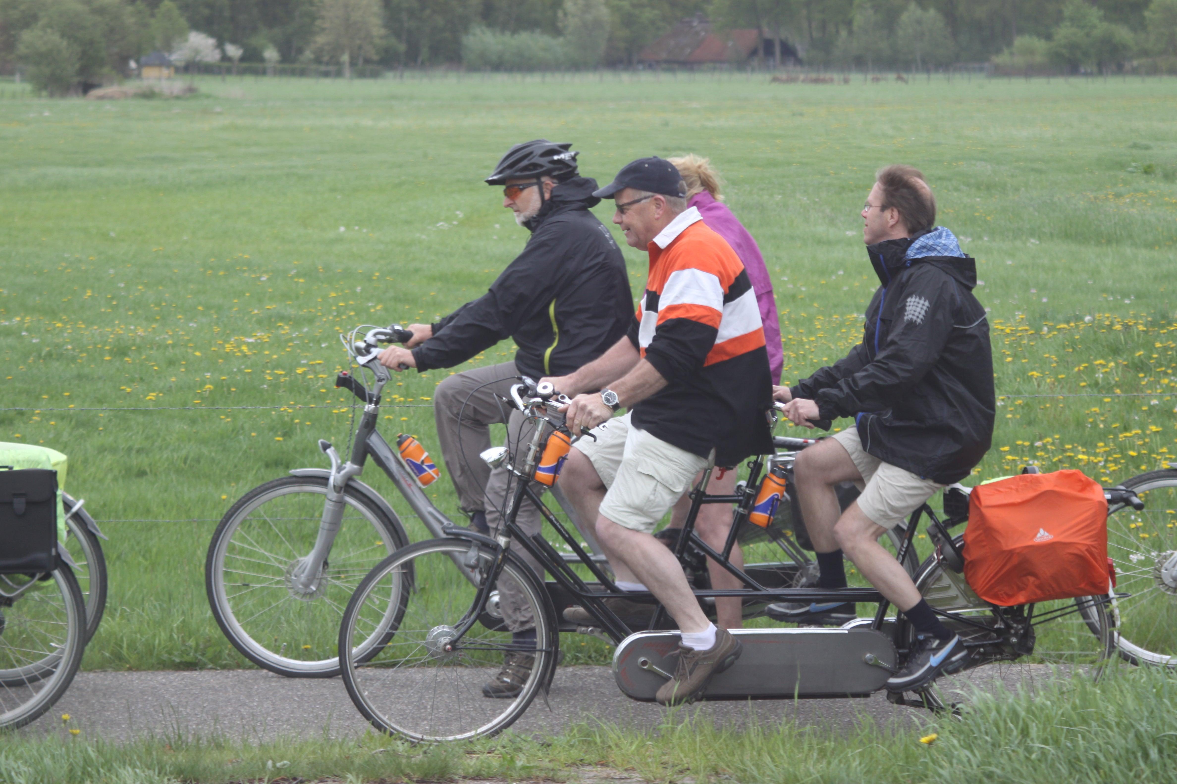 Groepje tandemfietsers van Tandem Team rijden door de natuur