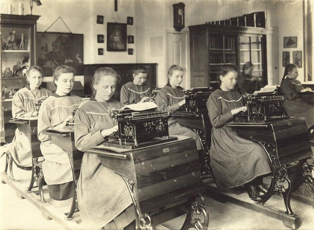 Blinde en slechtziende meisjes leren typen, begin 1900.