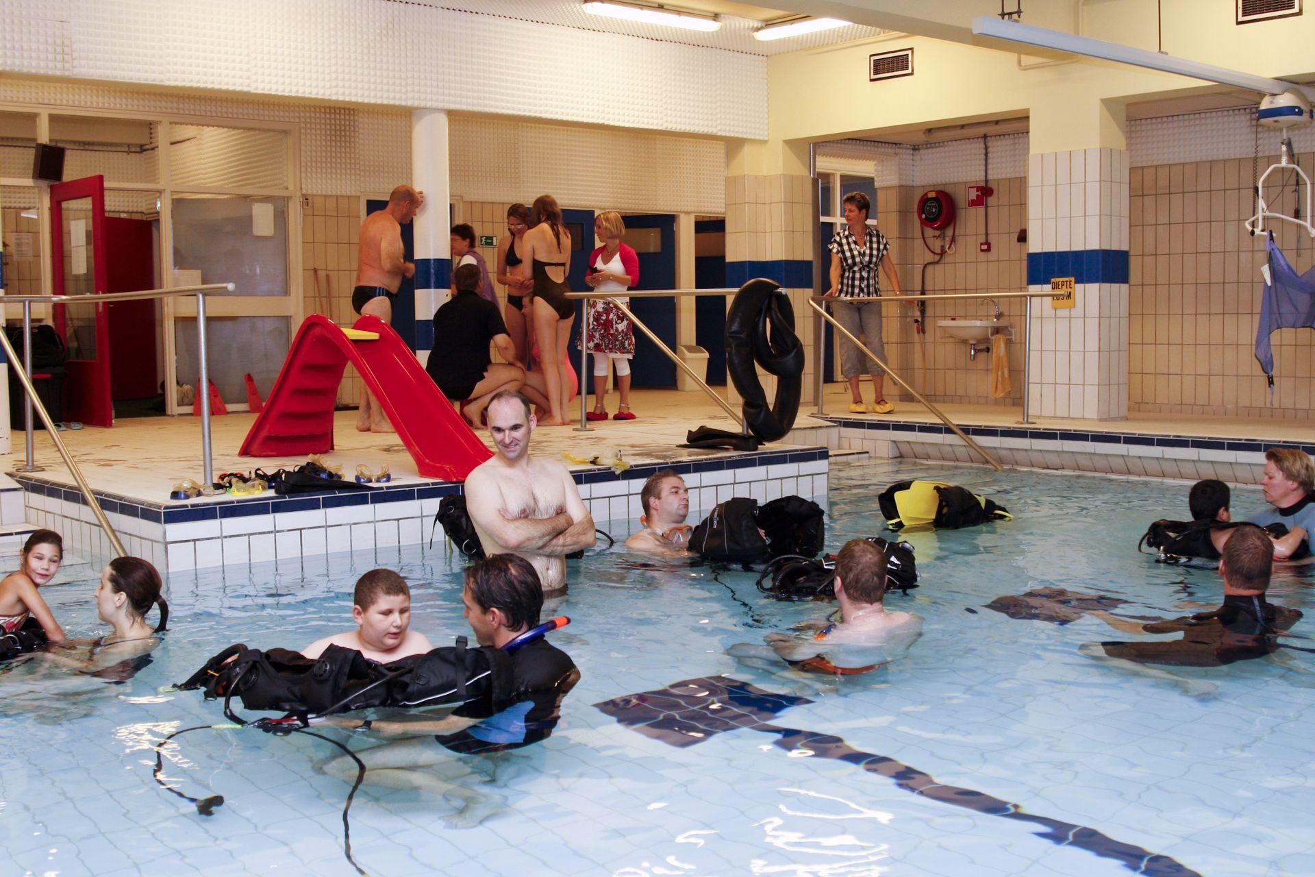 Overzicht van leerlingen die in het zwembad duikles krijgen