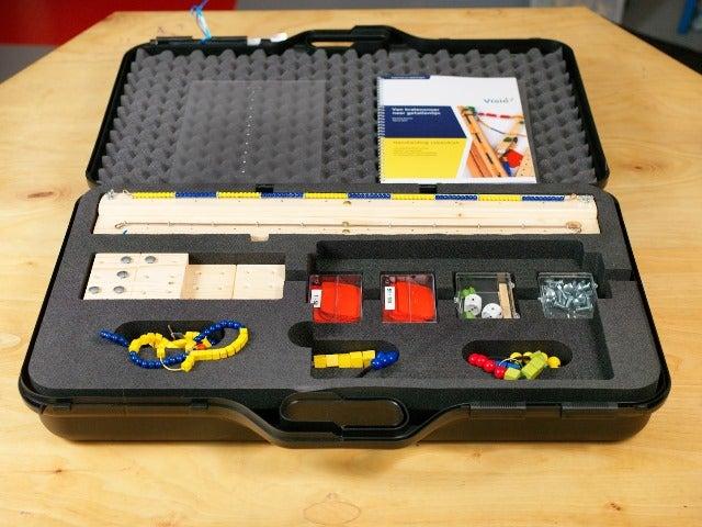 De Rekenkoffer ligt open en het materiaal zoals kralen, blokjes, stokjes en rond is zichtbaar.