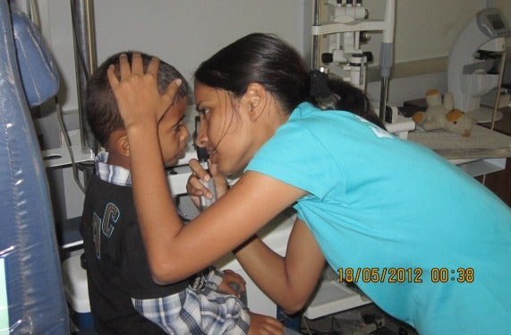 Optometrist onderzoek de ogen van een kleuter