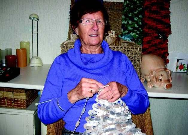 Mevrouw Van Dongen breit een sjaal in 1 of 2 dagen.