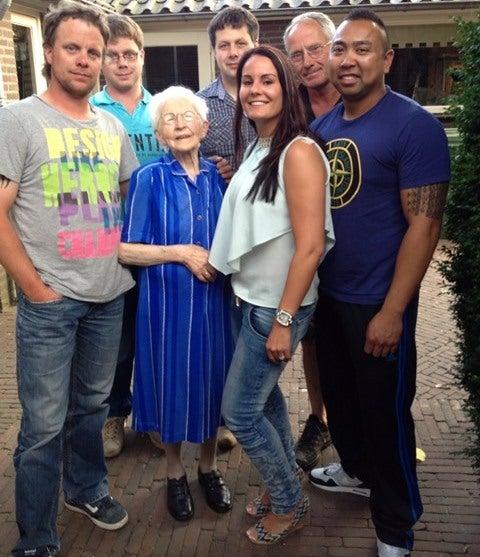 Foto van links naar rechts: Martijn (kleinzoon van Grarda), Robin (kleinzoon), Grarda, Stefan (kleinzoon), Tara (kleindochter), Gerard (schoonzoon) en Huub (verloofde van Tara).
