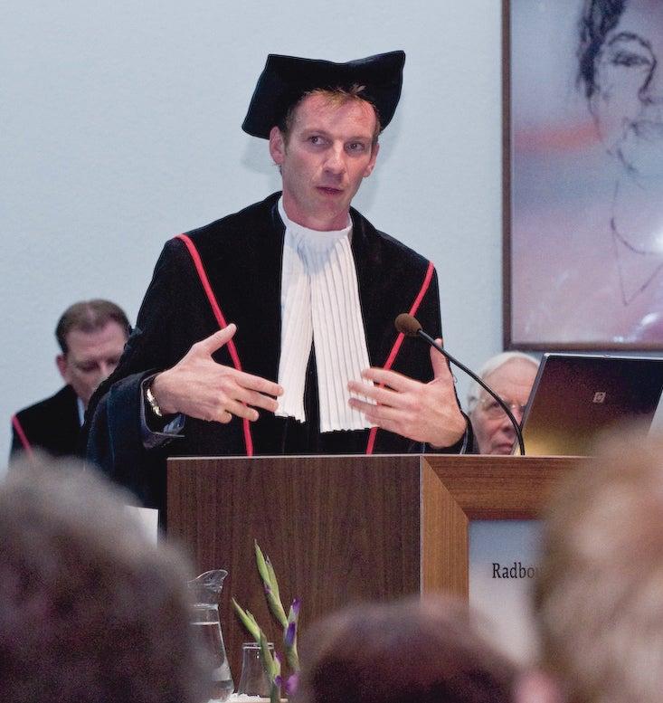 Professor Bert Steenbergen tijdens de aanvaarding van zijn leerstoel.