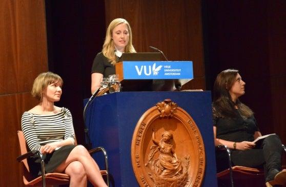 Onderzoekster Hilde van der Aa tijdens de verdediging van haar proefschrift.