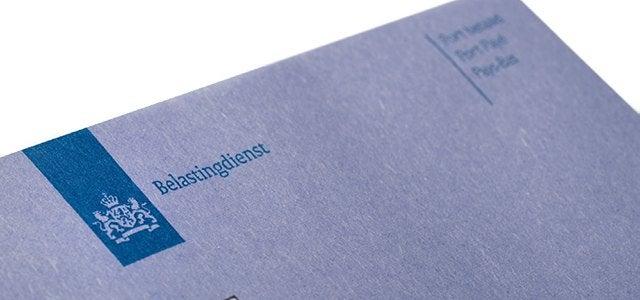 Afbeelding van een deel van de blauwe envelop van de Belastingdienst.