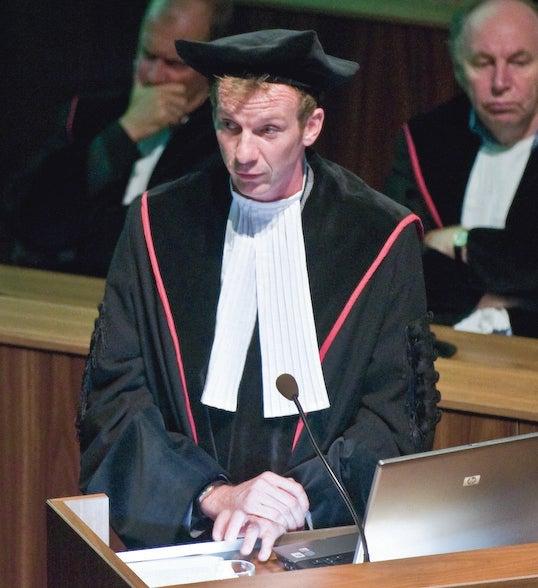 Professor Bert Steenbergen in toga en baret tijdens de aanvaarding van zijn leerstoel