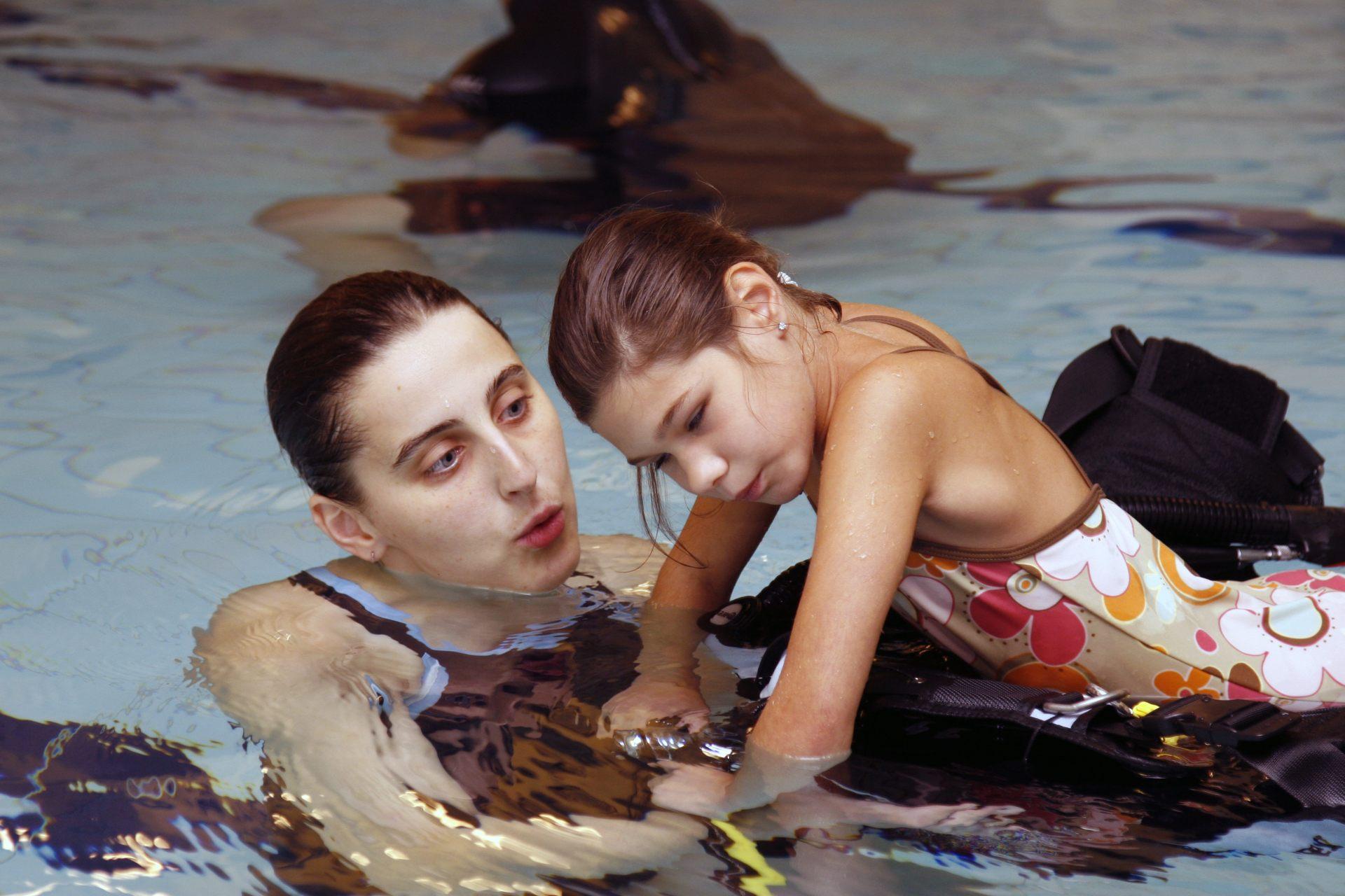 Blind meisje krijgt zwemles
