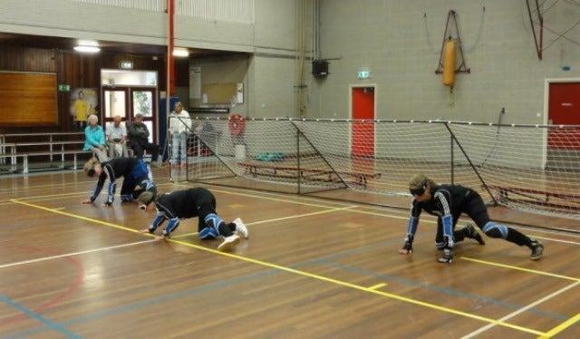 Goalballteam in actie in de zaal