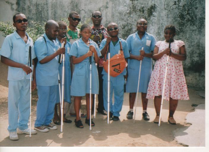 Blinden mensen in Kameroen poseren met hun nieuwe taststok