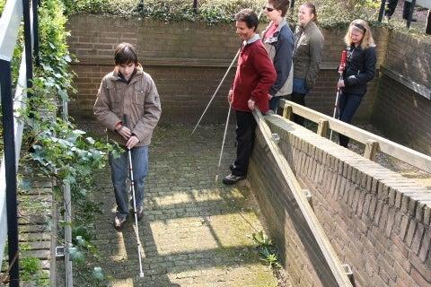 Blinden jongeren oefenen met echolokalisatie onder leiding van de Amerikaanse expert Dan Kish.
