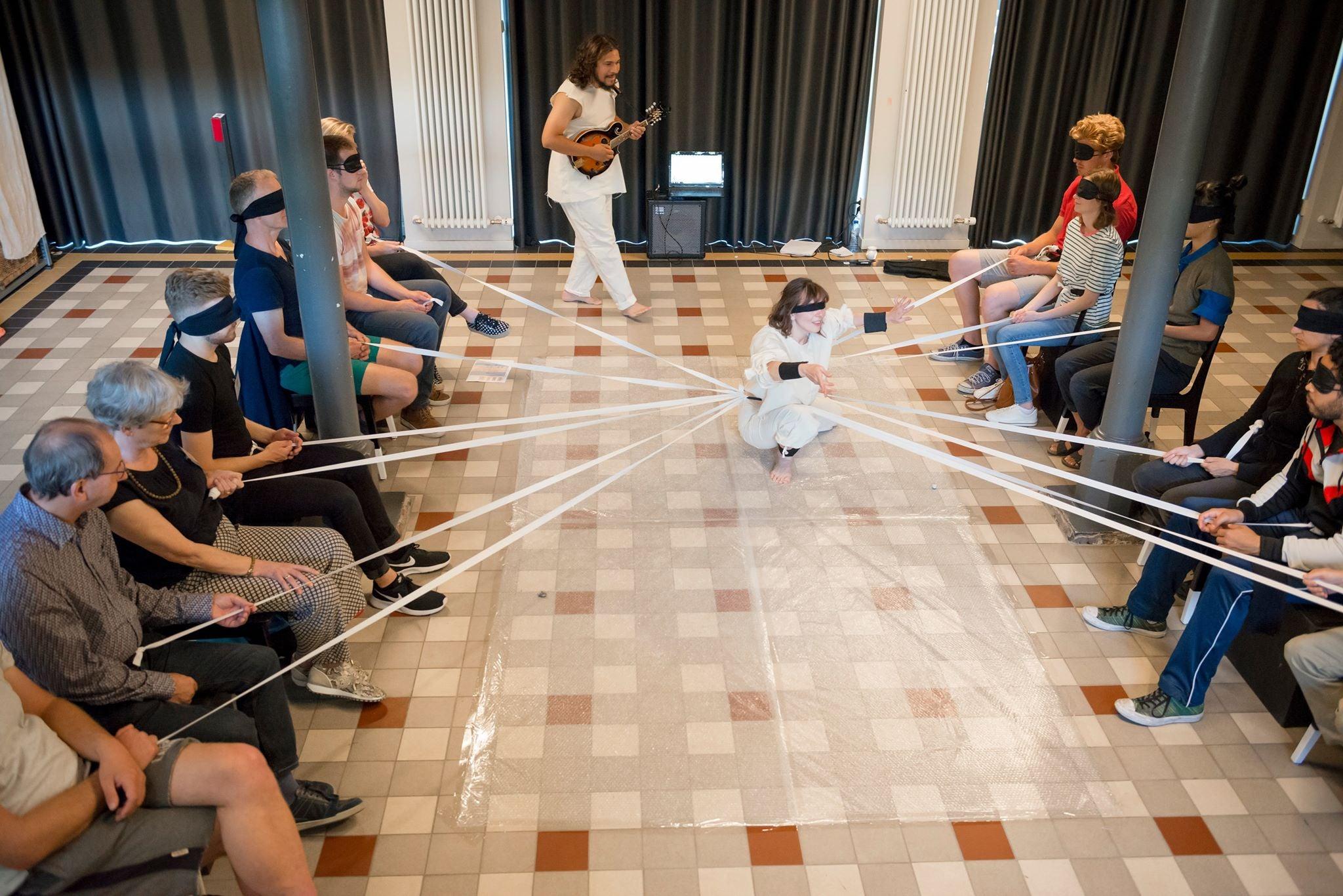 Blinde mensen ervaren een dansvoorstelling via een band met de danser