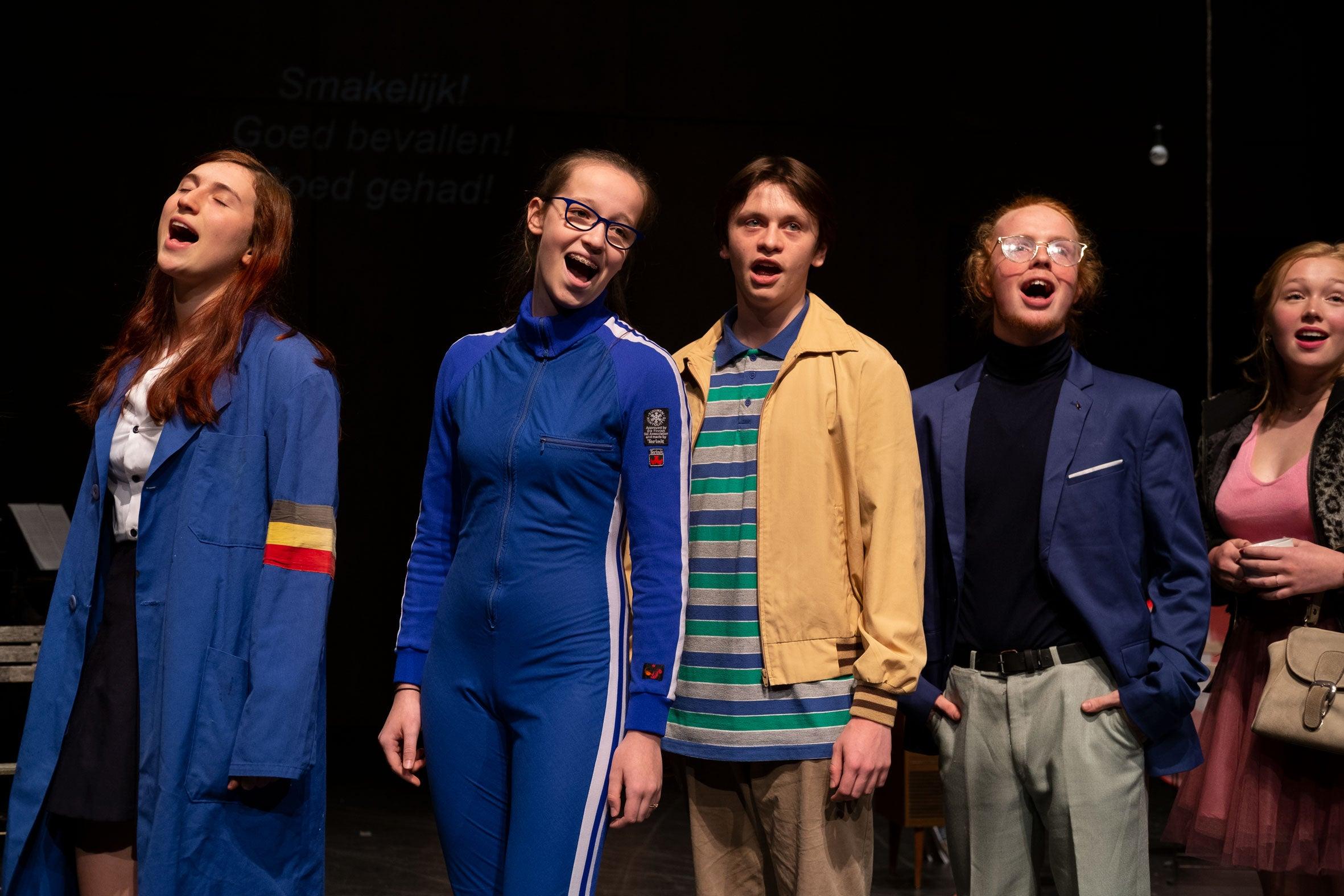 Het lijkt wel een Chorus Line. Meinse Verhulst, Rune Mertens, Rob Wouters, Zias Op 'T Eynde, Emilie Graff
