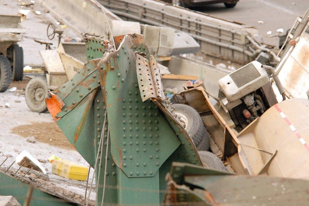 Instorting van brug door schetsplaten falen
