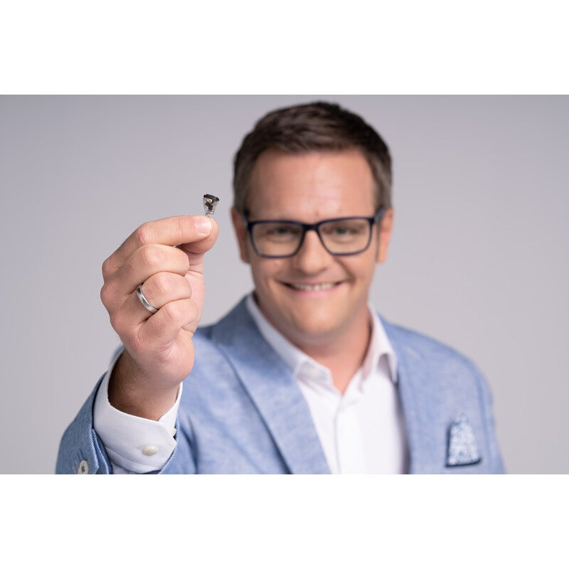 Robert F. Hartlauer mit Hörgerät