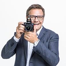 Robert F. Hartlauer mit Kamera