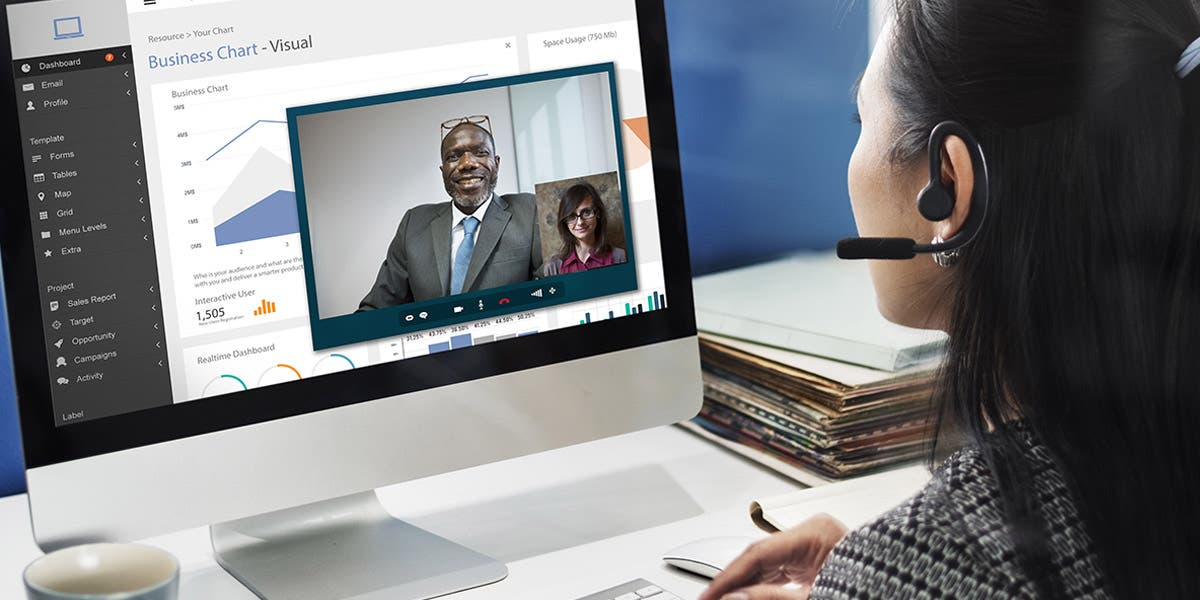 Leader having using key principles in a crisis to talk with her team member on video via computer
