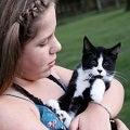 Una niña sosteniendo un gato