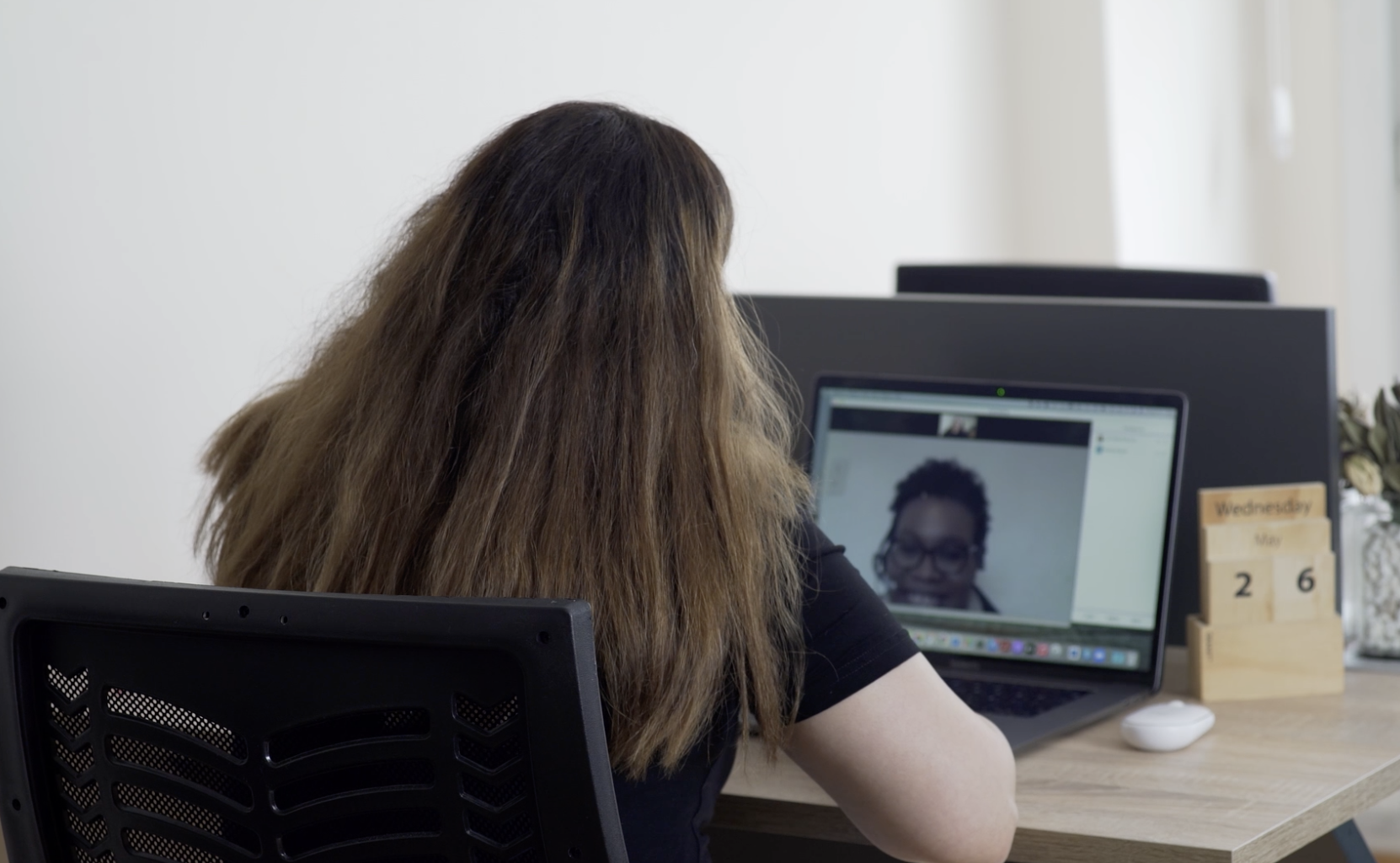 İrem Özkan on a Zoom call with a team member