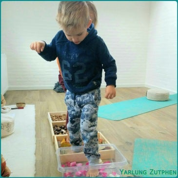 Blotevoetenpad tijdens Holistische Kinderyogales bij Yarlung Zutphen