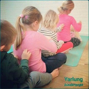Onderlinge massage tijdens Holistische Kinderyogales bij Yarlung Zutphen