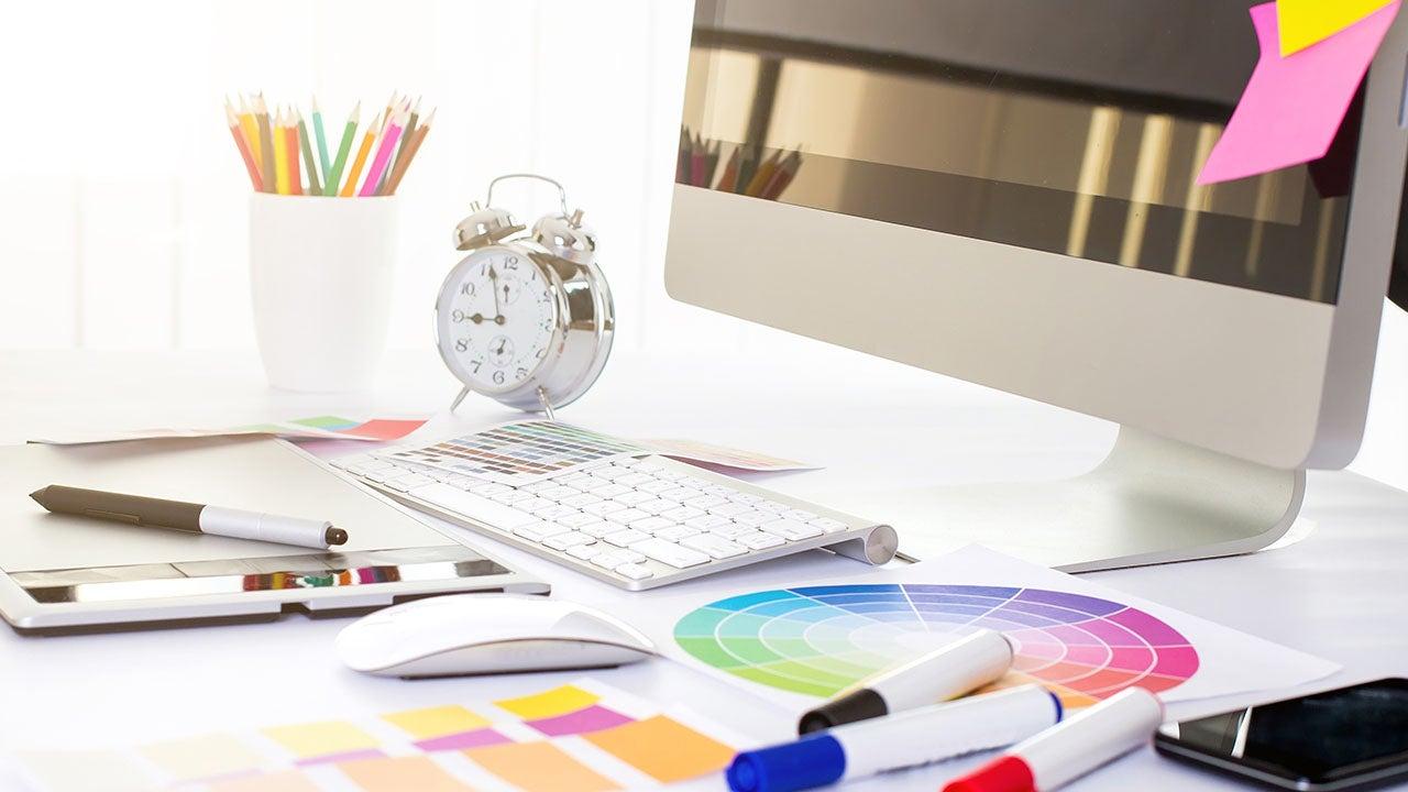 Werkplek van een grafisch vormgever bij CMN marketing productie bureau