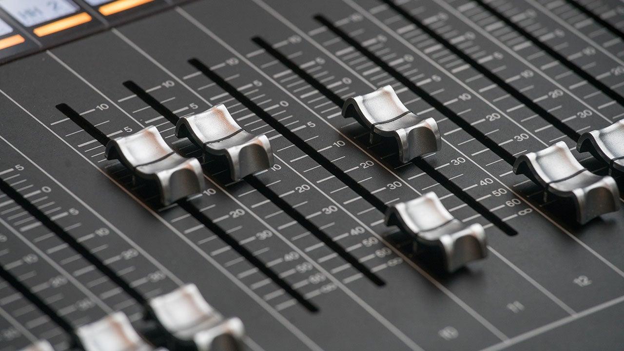 Audiovisueel mengpaneel van de CMN retail productie studio