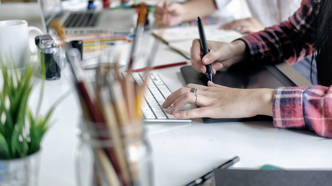 Grafisch vormgever van CMN werkt aan design van retail marketing uiting