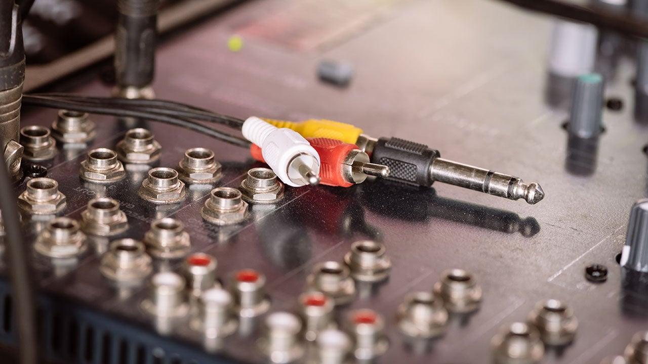 Mengpaneel met stekkers voor AV productie bij CMN uit Haarlem