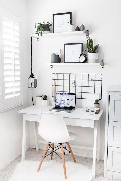 witte bureautafel met witte bureaustoel en zwart ijzeren rek erboven