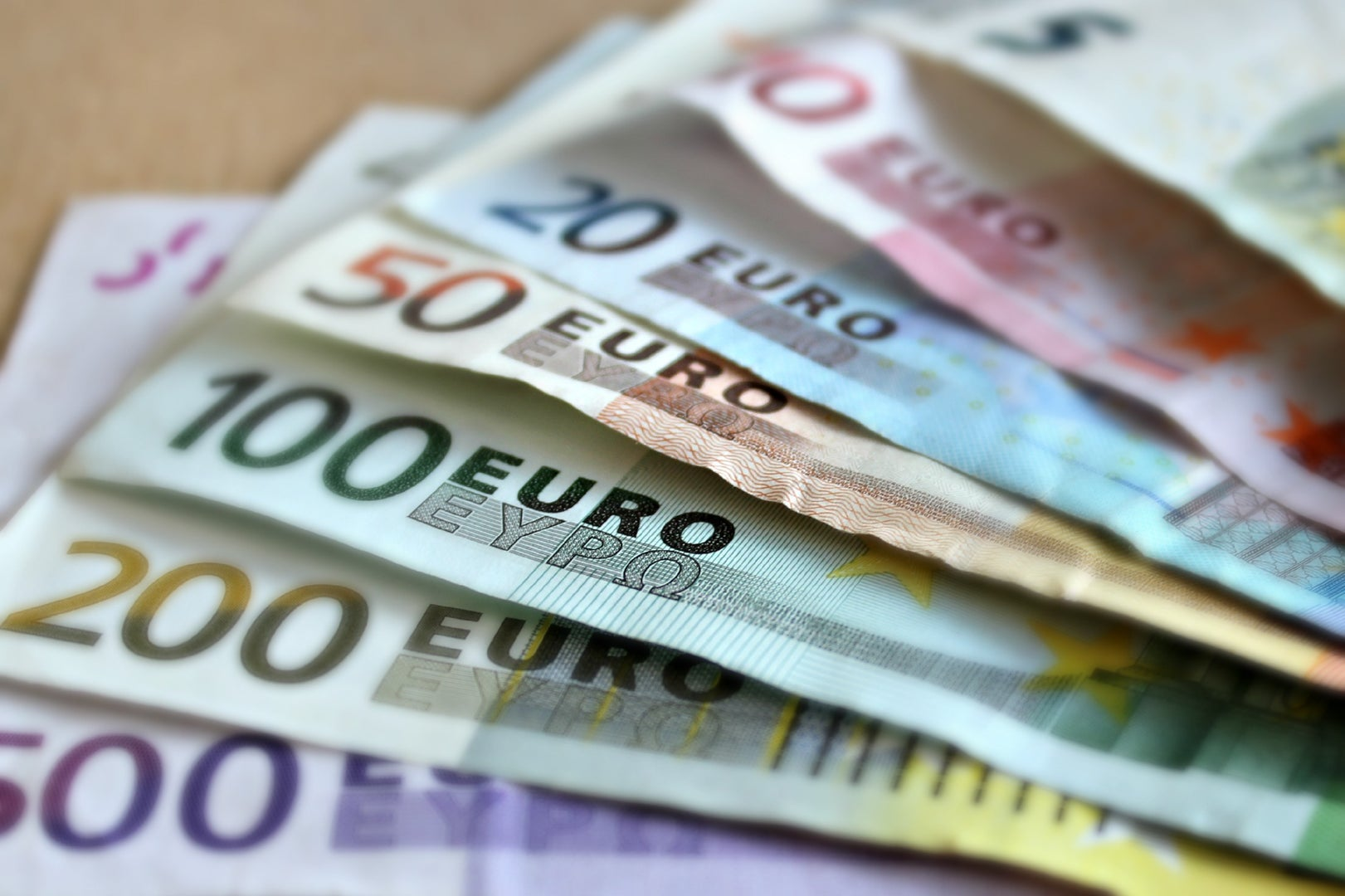 https://assets-us-01.kc-usercontent.com:443/8b647cc8-e8a8-00cc-ac9b-ea38ce6ca77e/6ea370da-85cb-4402-a883-54d0975ce094/bank-note-euro-bills-paper-money-63635.jpeg?w=1920&h=1080&fit=clip&auto=format&fm=jpg