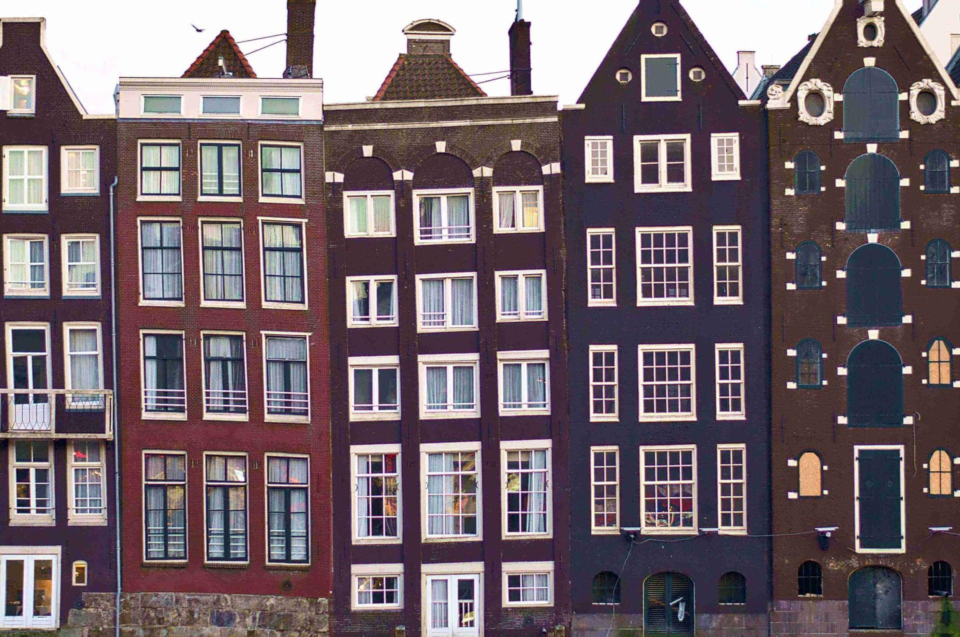 https://assets-us-01.kc-usercontent.com:443/8b647cc8-e8a8-00cc-ac9b-ea38ce6ca77e/9654392a-9d92-4e0e-924f-decea8510c0e/Amsterdamse%20huizen.jpg?w=1920&h=1080&fit=clip&auto=format&fm=jpg
