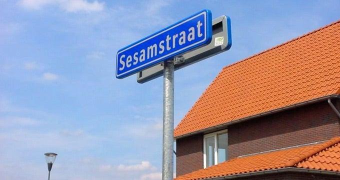 https://assets-us-01.kc-usercontent.com:443/8b647cc8-e8a8-00cc-ac9b-ea38ce6ca77e/e6680ba1-d926-4c64-bce9-a8c7c16cc100/DeSesamstraat-Oosterhout.jpg?w=1920&h=1080&fit=clip&auto=format&fm=jpg
