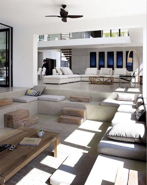 zonlicht door het raam schijnt op een minimalistisch interieur