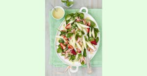 Spinatsalat mit weißem Spargel, Erdbeeren & Rhabarber