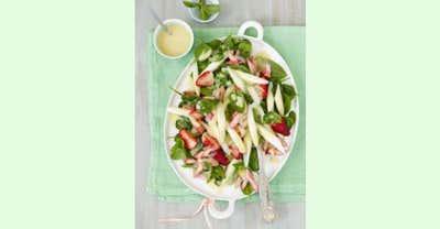 Rezept des Monats: Spinatsalat mit weißem Spargel, Erdbeeren & Rhabarber