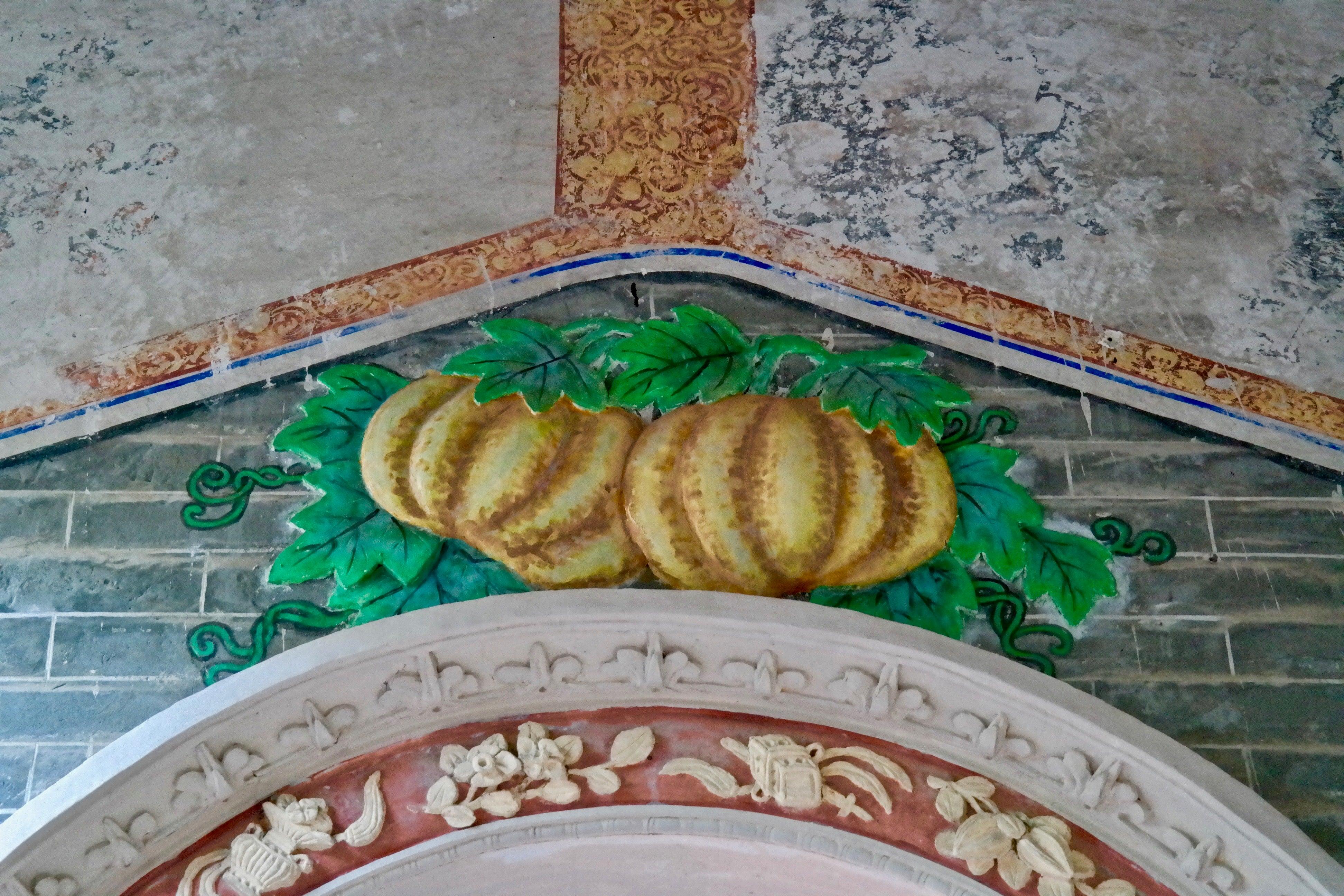 墙上侧门上方的彩绘装饰和灰泥浮雕的水果(2017年)
