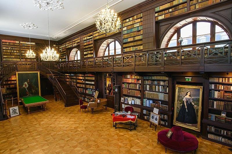 Apponyiovská knižnica na zámku v Oponiciach je dnes prístupná verejnosti.