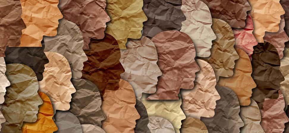 Un primer plano de caras recortadas de papel de todos los colores se apilan una encima de la otra como una obra de arte.
